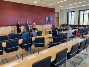 Die Mädchen im Konferenzsaal stellen ihre Fragen.
